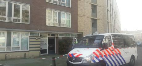 Portiek vol ingebeukte voordeuren na klopjacht op Gökmen Tanis