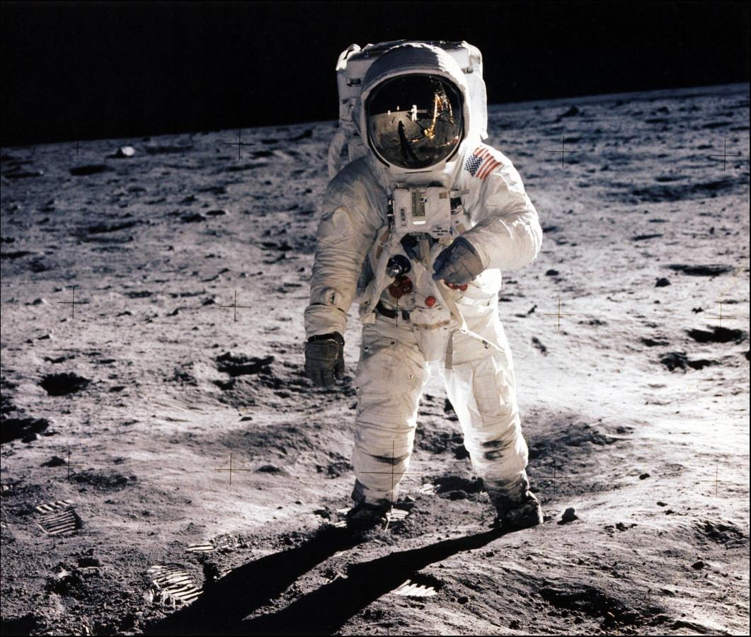 Edwin 'Buzz' Aldrin op het oppervlak van de maan. In de reflectie op zijn helm is Neil Armstrong te zien.