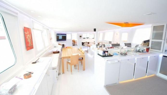 De woonkamer met open keuken.