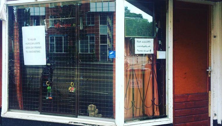 Op het raam hangt een poster: 'Te huur, horecaruimte, geen overname'. Beeld Het Parool