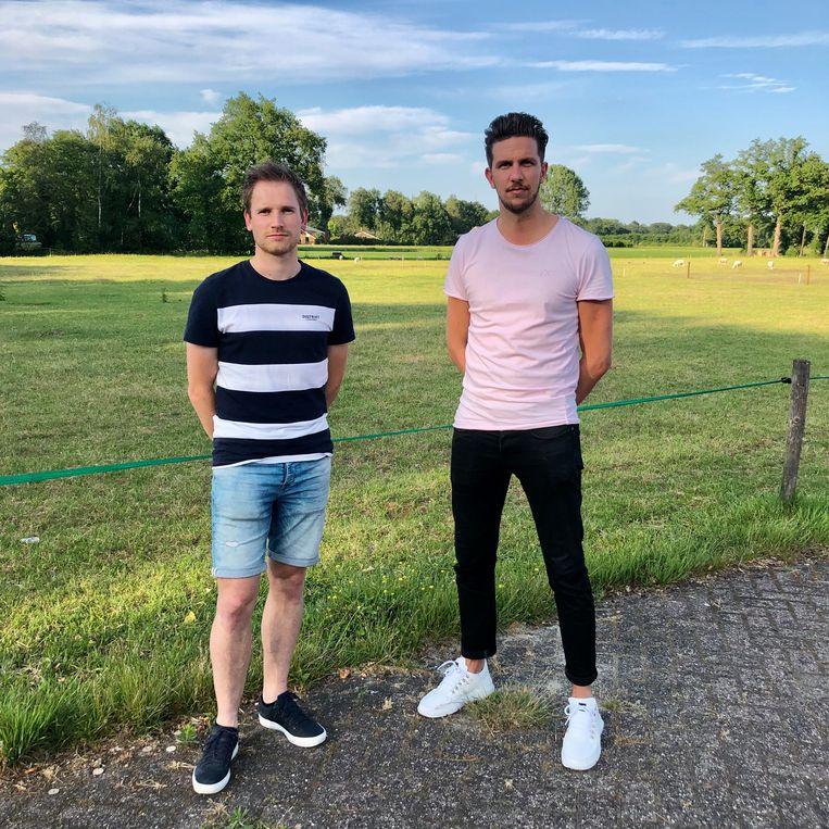 Bestuursleden Robin Raanhuis (links) en Kasper Put van Zomerfeesten Hengevelde, normaal in de wei achter hen. Beeld