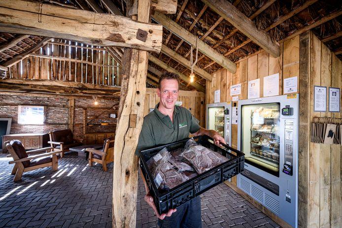 """Koen Damink in zijn nieuwe winkel in de kapschuur, met  ijs, rundvlees en zuivelproducten van eigen grond: """"Wij verzorgen onze stieren volgens het twee sterren Beter Leven keurmerk."""""""