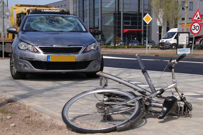 De fiets van de fietser is door de knal doormidden gebroken.