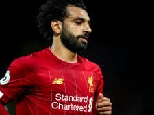 Salah poseert met fan die tegen lantaarnpaal oploopt en daarbij neus breekt