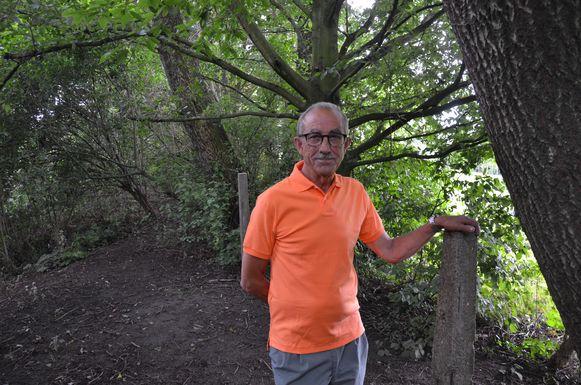 Luc Van Goethem aan de buurtweg die intussen al jaren overgroeid is met een houtkant.