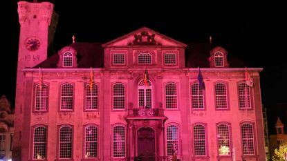 ZIEN Stadhuis Lier kleurt roze tegen kanker