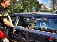 Politie twijfelt niet in Ouddorp en slaat ruit in om hond uit snikhete auto te bevrijden