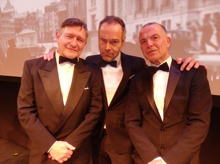 Regisseur Joram Lürsen (m): 'Twee knappe mannen met mij op de foto, dat is leuk.' Hij bedoelt Pierre Bokma en Raymond Thiry. Beeld Schuim