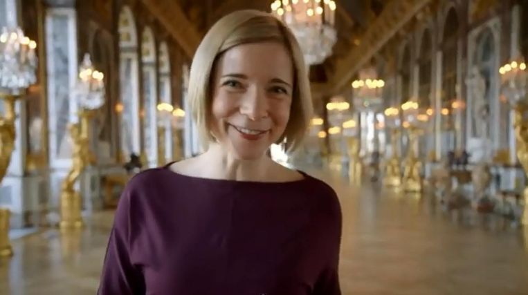 Lucy Worsley in de BBC-serie The Real Versailles. Beeld YouTube