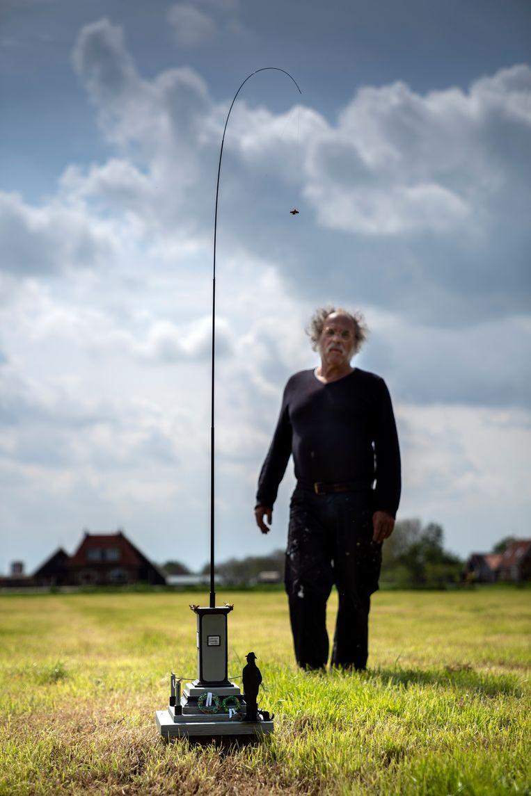 Onno Hooymeijer bij zijn monument.  Beeld nl