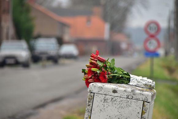 Op de plaats van het ongeval werden bloemen neergelegd, als eerbetoon aan het slachtoffer.