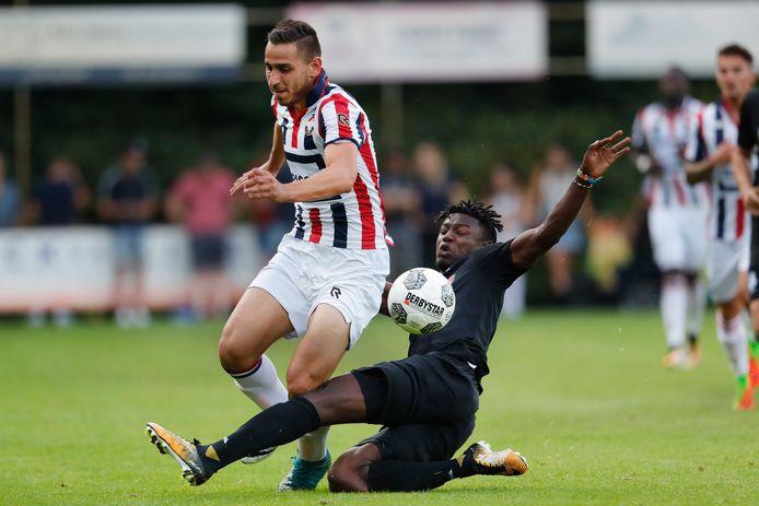 Emre Bostanci (l) als speler van Willem II in duel met Augustine Loof van FC Eindhoven