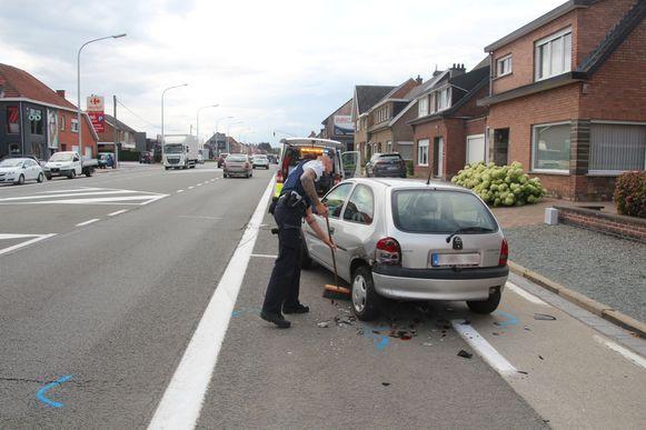De geparkeerde Opel Corsa werd achteraan aangereden.