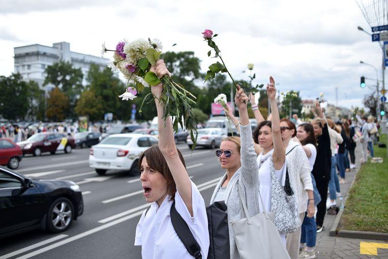 Vrouwen protesteren donderdag in de Belarussische hoofdstad Minsk tegen politiegeweld.  Beeld Sergei Gapon / AFP