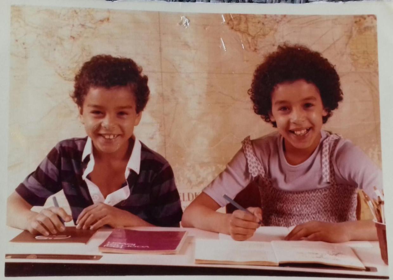 Fatima Talbi (rechts) met haar broertje Mohamed op de basisschool in Rotterdam. Beeld -