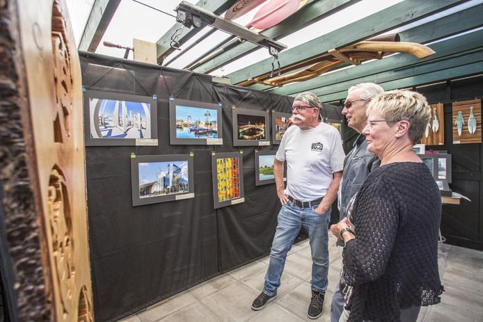 TT-2019-011321 BORCULO Atelierroute in Berkelland: 53 kunstenaars hebben open huis. Waaronder fotograaf Bramsnor(witte shirt) zijn schitterende foto's tijdens onze Berkellandse Atelierroute. EDITIE:Achterhoek   FOTO:Arjan Gotink  AG20190610