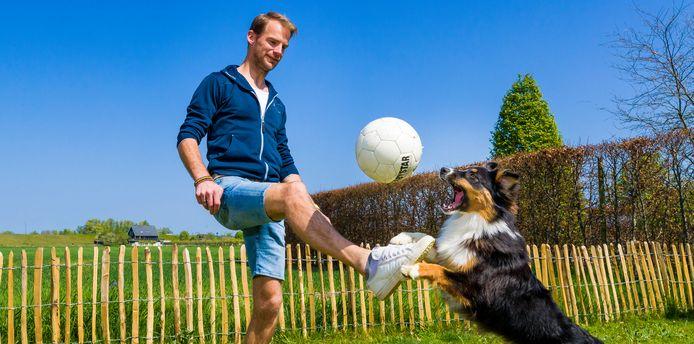 Dinant van Drunen speelt met zijn hond Izzy in zijn tuin in Woudrichem.