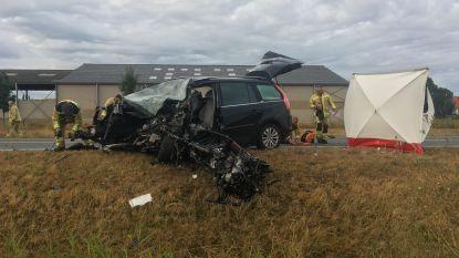 Auto wijkt af van rijvak en botst frontaal op vrachtwagen in Wervik: bestuurder komt om