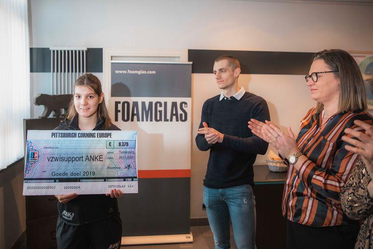 De overhandiging van de cheque aan Anke.