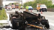 Vrachtwagen geladen met hout vat vuur op E34, snelweg richting Knokke  tijdelijk afgesloten
