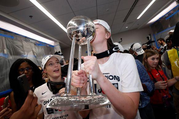 Emma Meesseman kust de trofee, Mestdagh kijkt in de achtergrond toe.