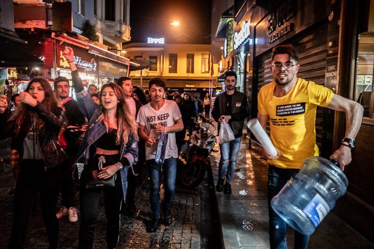 Aanhangers van CHP gaan de straat op nadat de Turkse kiesraad heeft besloten dat de burgemeestersverkiezingen in Istanbul opnieuw moeten worden gehouden. Beeld Joris Van Gennip