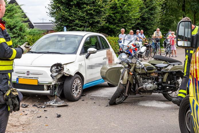 Bij een aanrijding tussen een auto en een motor met zijspan zijn twee gewonden gevallen.
