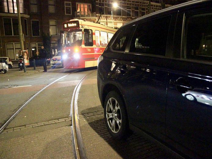 De geparkeerde auto blokkeerde de route van tram 12.