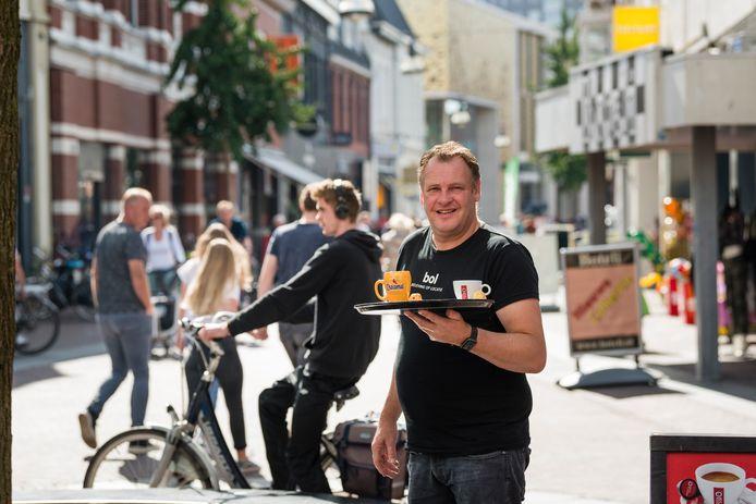 TT-2019-013217 - Enschede -Scooteroverlast in de binnenstad. Donderdag en vrijdag incidenten. Ondernemers zijn het zat.  Patrick Reinders van Het Striekiezer aan de Heurne is het zat. Editie:  Enschede fotografie: Cees Elzenga/hetoog.nl CE20190915