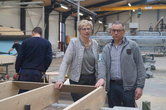 Henny en Jan Vogelzang in een van de productiehallen van Vogelzang Dakelementen in Dedemsvaart. Het bedrijf gaat opnieuw uitbreiden.