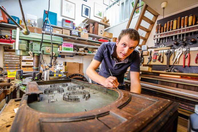 Bert Vertommen uit Brugge, die caféspelen restaureert, is voortaan erkend ambachtsman.