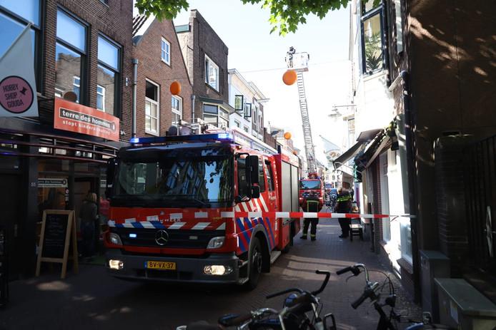 Brandweer checkt situatie aan Lange Groenendaal na brandmelding.