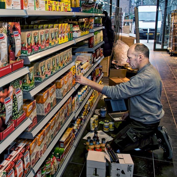 Aan de Spoorstraat in Dorst wordt hard gewerkt aan de inrichting van De Dagwinkel, de nieuwe supermarkt.