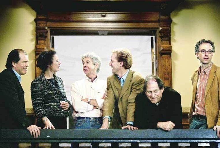 De commissie poseert in het Academiegebouw in Utrecht. Van links naar rechts: Harry Lintsen, Louise Fresco, Robbert Dijkgraaf, Salomon Kroonenberg, Frans van Lunteren. Niet op de foto: Bas Haring en Sander Bais. (Jean-Pierre Jans) Beeld