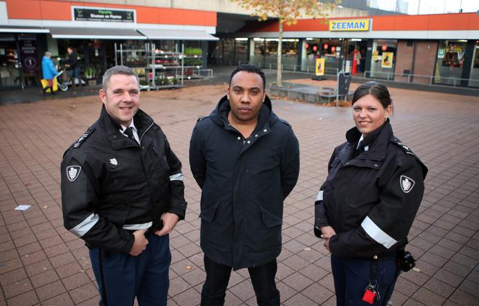 Stadsmarshall Jerrel Denijn geflankeerd door buitengewoon opsporingsambtenaren Robin (rechts) en Cees.