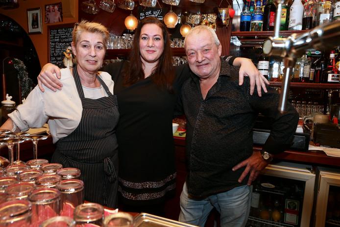 De nieuwe uitbaatster van 't Vliegend Paard, Marina, hier tussen haar ouders Kitty en Joop Baartman heeft een horecaopleiding gedaan, is leermeester én beschikt over een wijnbrevet.