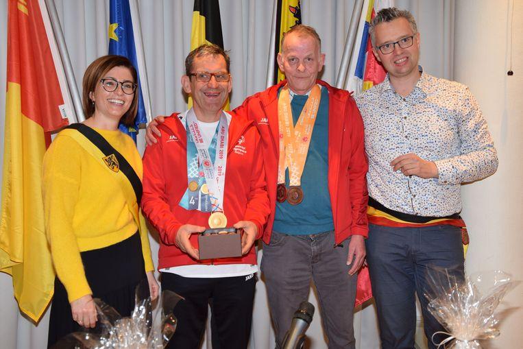 Schepen Soeffers en burgemeester Caeyers met de medaillewinnaars.