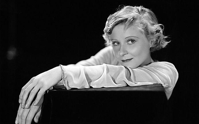 In de nieuwe Netflix-serie Hollywood, met Laura Harrier (o), staat het verhaal van Peg Entwistle (b) (1908-1932) centraal.
