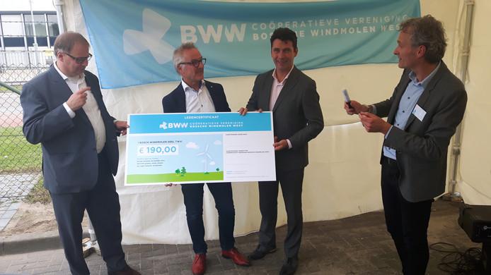 Het eerste Bosch Windmolen Deel van 190 euro met vlnr wethouder Hoskam, Ewout Muntz, wethouder Logister en voorzitter Joep Mol van coöperatie BWW