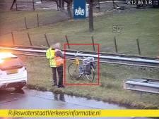 Rijkswaterstaat plukt fietser van de A12 bij Veenendaal en bezorgt OV-fiets aan NS