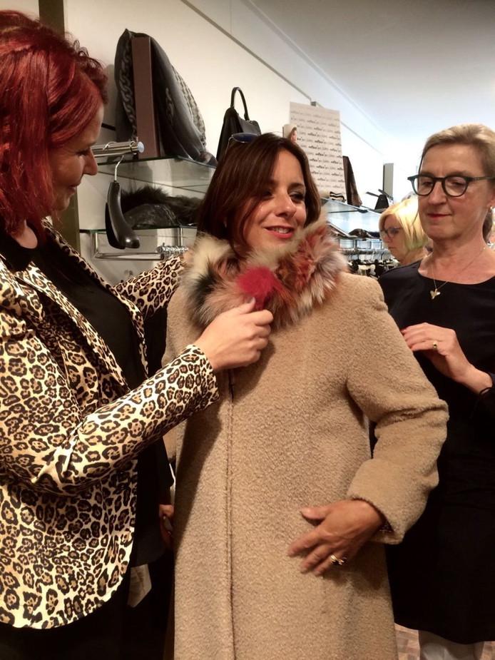 Sandra van den Maagdenberg uit Terheide krijgt persoonlijk advies van personal shopper Corien Oostenga uit Goes en Cindy Waterham van Moniek Mode in Goes.