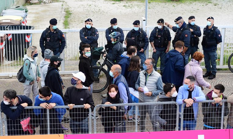 Wielerfans in Rimini bij de elfde etappe van de Giro.  Beeld REUTERS