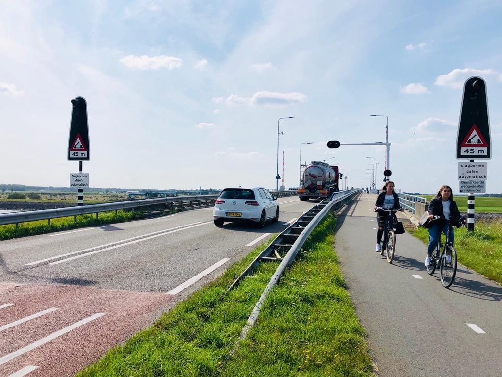 De Postweg is een drukke route voor scholieren uit Yerseke die in Goes naar school gaan. Connexxion zet tijdens de afsluiting een pendelbus in.