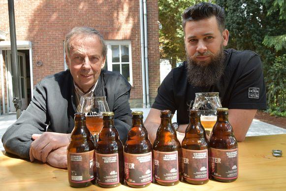 Denis Van Boxem (rechts) van de jaarmarkt en brouwer Tjserk Raeymaekers stellen met veel trots de Pinkster Ale voor.