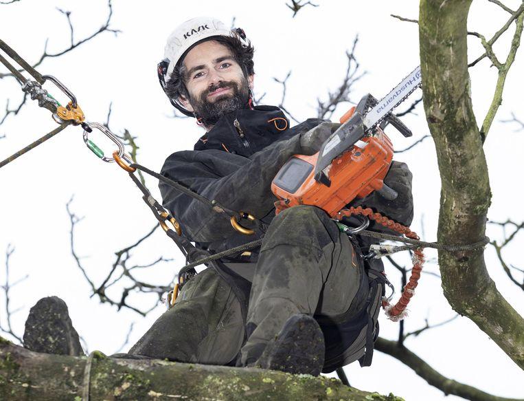 """Eigenlijk is hij liefst zo weinig mogelijk met geldzaken bezig, maar nu Maarten Verbeiren (36) zijn eigen zaak als boomverzorger is gestart, moet hij af en toe rekenen. """"Ik heb 10.000 euro moeten investeren, alleen al in werkmateriaal, waardoor het in het begin best moeilijk was. Maar ik ben er gerust op: het komt goed."""""""
