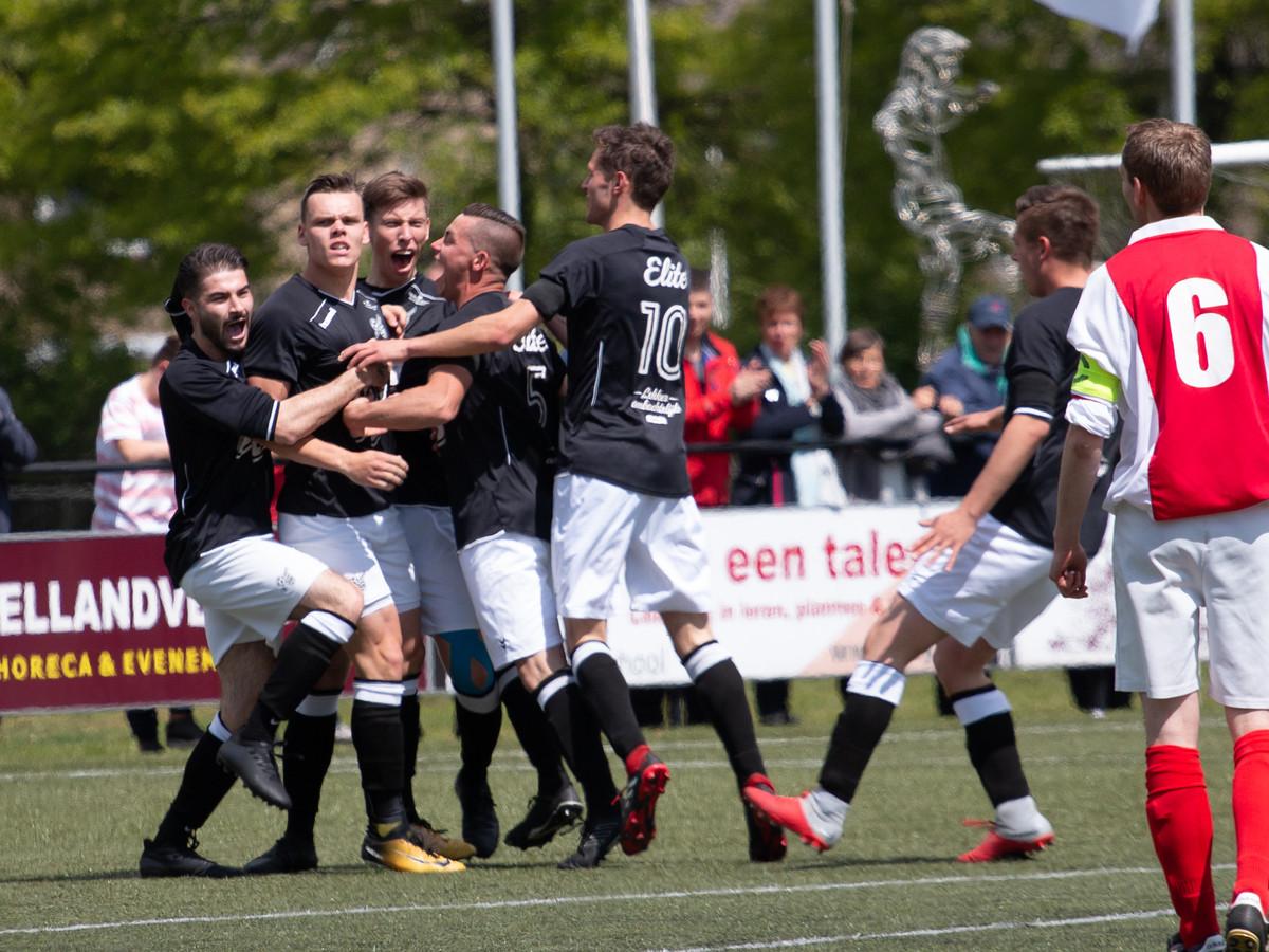 Vreugde na de 1-0 voor Sportclub Neede door Roely Vrielink  Copyright;Orange Pictures / Wim Busschers