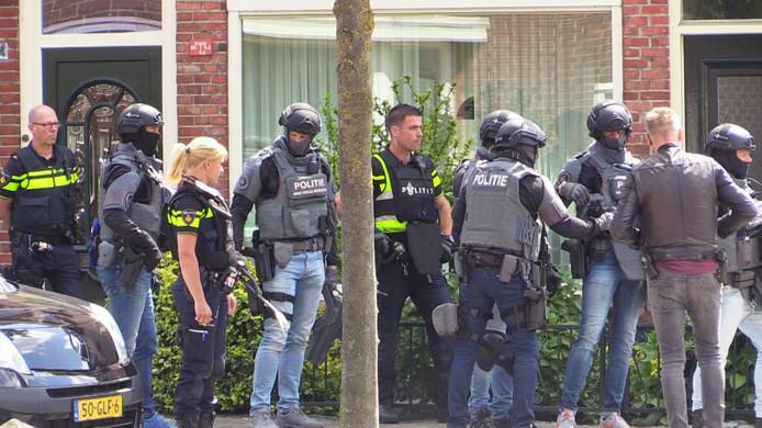 Een speciaal politieteam van de woning in Enschede binnen