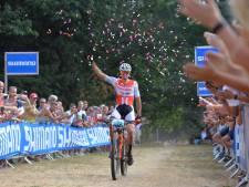 Van der Poel voltooit unieke hattrick op NK mountainbiken