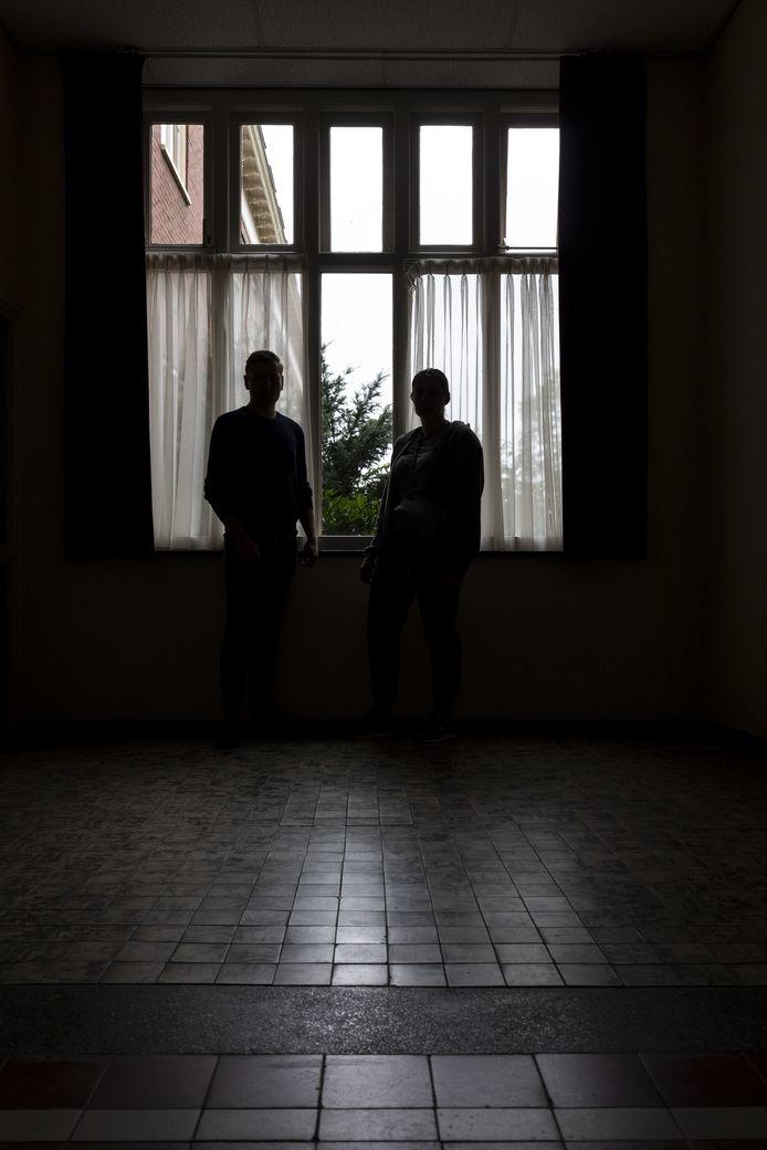 Twee bewoners voor het raam waar ze vanaf maandag niet meer uit mogen kijken. Iedereen moet eruit.