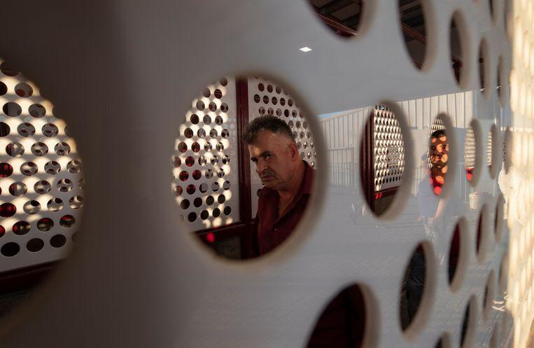 Het checkpoint Qalandia, ten noorden van Jeruzalem, is berucht om de lange wachttijden.  Beeld EPA